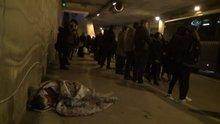 Taksim'de battaniye sarılı uyuyan çocuk yürekleri sızlattı