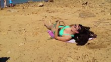 Güneşlenmek isteyen kadını rahat bırakmadı