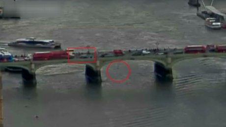 Londra'da Westminster Köprüsü'ndeki saldırı anı kamerada