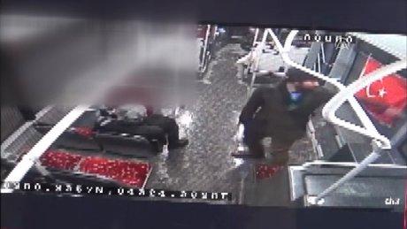 Türk bayrağını otobüs camından indirme anı kamerada