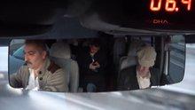 Evde uyuyamayan 80 yaşındaki babasını, minibüsüyle gezdiriyor