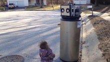 Bozuk ısıtıcıyı robot zanneden sevimli kız