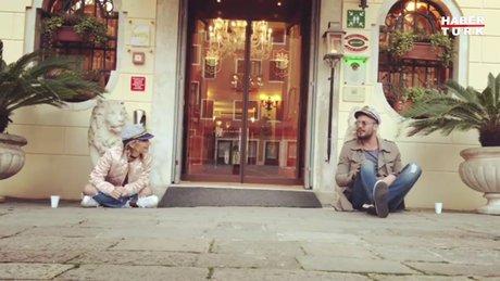 İrem Derici ve sevgilisi Lider Şahin İtalya sokaklarında düet yaptı