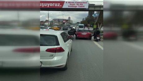 Otoyolda arızalanan aracı motosikletliler ayaklarıyla itti