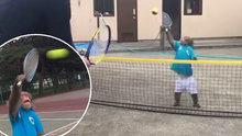 Tenis oynayan yetenekli maymun