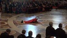 Papa, 'İsa'nın Tutkusu' ayininde haçın önünde yatarak ibadet etti