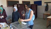 Hülya Avşar'ın kızı Zehra'nın ilk oy şaşkınlığı