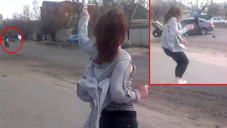 Dansıyla motorcunun dikkatini dağıtan kız