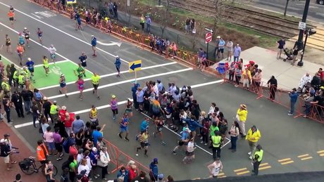 Maraton sırasında karşıya geçen yayalar