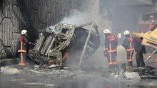 Üst geçitten düşen kamyon alev alev yandı