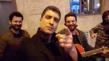 Özcan Deniz Sokak Müzisyenleriyle Şarkı Söylüyor