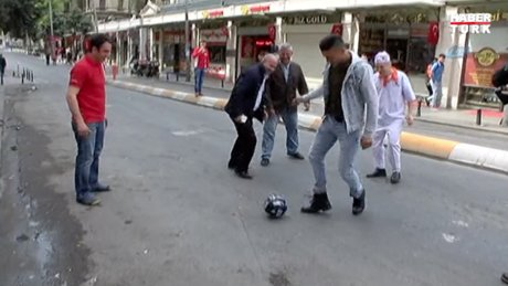1 Mayıs'ı top oynayarak kutlayan esnaf