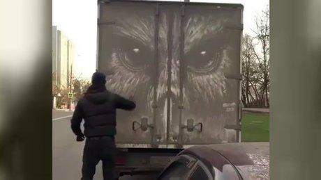 'Beni Yıka' yazısını abartan sokak sanatçısı