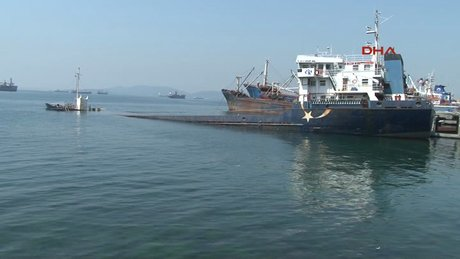 Kartal sahilinde demirli icralık gemi su alarak battı