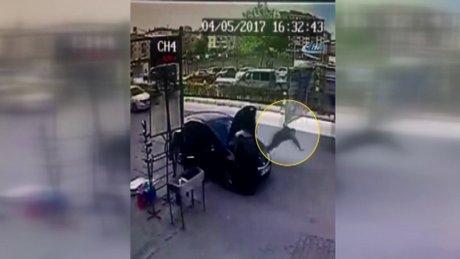 Kamyonun açık unutulan arka kapağı 2 kişiyi hastanelik etti