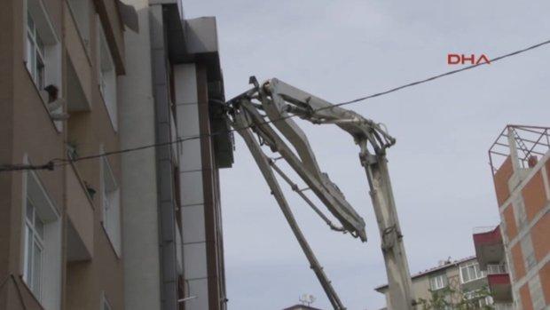 Beton pompası binaya çarptı