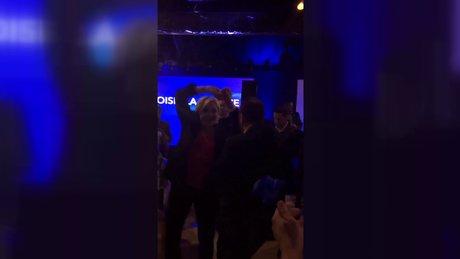 Le Pen seçim yenilgisinin ardından dans etti