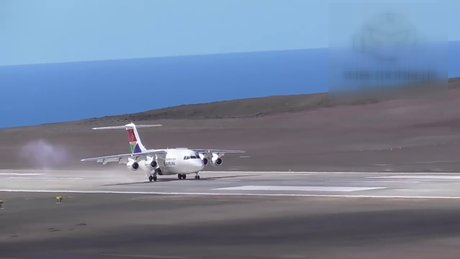 St. Helena'daki havaalanına ilk uçak indi