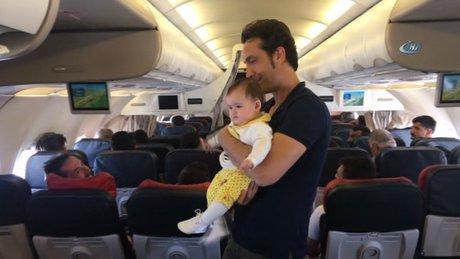 Ünlü sanatçı Kıraç, uçakta yolcuların bebeklerini gezdirdi