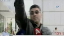Yunanistan'da bir adam canlı yayında havaya ateş etti
