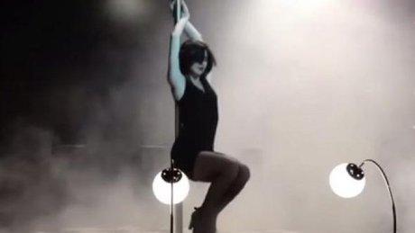 Nesrin Cavadzade'den olay yaratan direk dansı