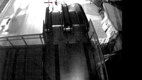 Yürüyen merdivene ayağı sıkışan adam kamerada