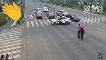 Yaşlı adam için trafiği durduran polis