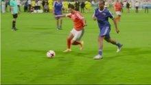 Ronaldinho'nun kadın futbolcuya attığı vücut çalımı
