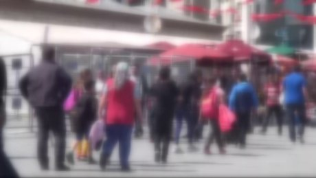Taksim Meydan'nda ilkokul öğrencileri birbirine girdi