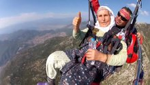 87 yaşında paraşütle atlayan Halime nine fenomen oldu