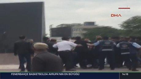 Atatürk anıtına baltayla saldıran kişiyi halk linç etmek istedi