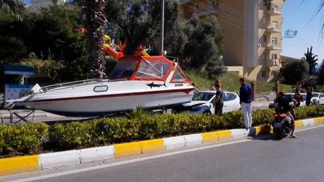 Kuşadası'nda bulvarda seyir halindeki bir otomobile yat çarptı