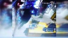 Manisa'daki deprem büfenin güvenlik kamerasına böyle yansıdı