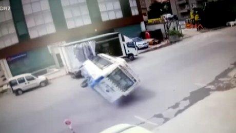 Ataşehir'de yolcu dolu minibüsün devrilme anı kamerada