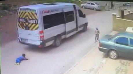Üzerinden minibüs geçen çocuk kazayı böyle atlattı