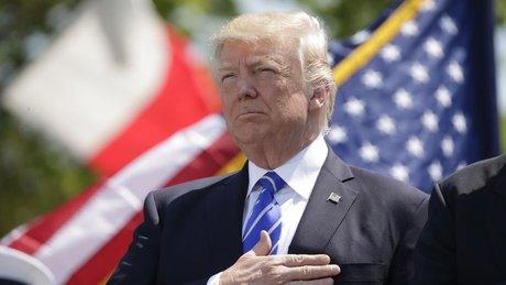 Trump milli marşı sallana sallana söyledi