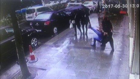 Cezayirli yankesicinin hırsızlık anı ve polise yakalanması kamerada