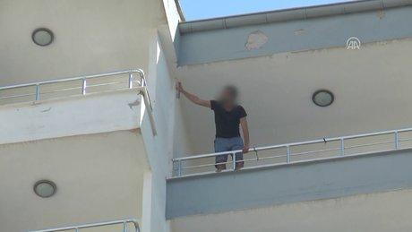Evindeki eşyaları 14. kattan attı