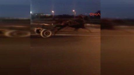 D-100 sol şeritte son sürat bir at arabası...