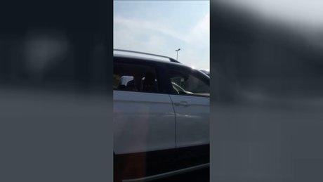 Uyuyarak otomobil kullanmaya çalışan sürücü kamerada