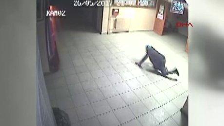 Emekleyerek geçen hırsızlar kamerada