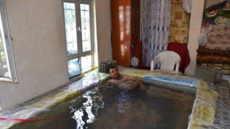 Sıcaktan bunalan vatandaş evinin salonuna havuz yaptı
