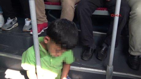 Metrobüs zemininde uyuklayan çocuğa yer verilince tartışma çıkardı!
