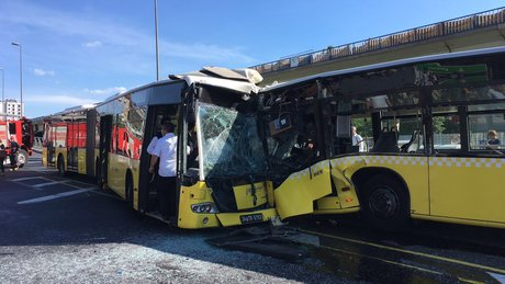 İki metrobüs kafa kafaya çarpıştı!