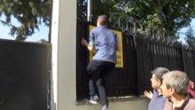 Sınava geç kalan öğrenci demir parmaklıklara tırmandı