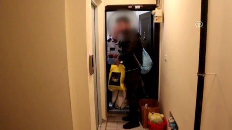 Evinde 3 kişiyi uyurken buldu