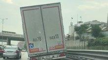 Dorsesi yan yatan TIR trafikte böyle görüntülendi