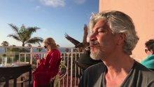 Behzat Uygur ağzı ile kuş besledi