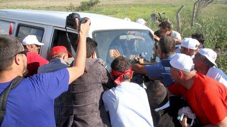 Minibüsü çamura batan vatandaşa CHP'li vekiller de yardım etti