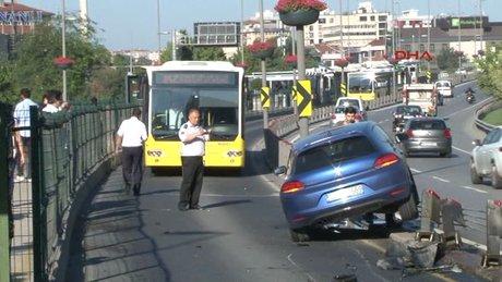 Otomobil metrobüs yoluna daldı